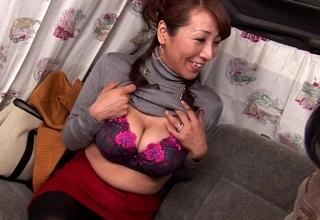 【素人】ナンパでゲットした推定Hカップの爆乳美熟女妻♡電マだけで腰クネらせ感じまくるのでそのまま・・♡