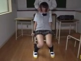 椅子に拘束されて身動き取れないミニスカ女子●生を電マ責めwくねらす股間から見えるパンチラがエロすwwww