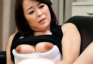 【栗野葉子】保険のセールスにやってきた爆乳美熟女妻がパイパンおま○こ使って枕営業セクロス。