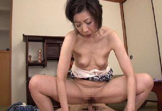 【倉田江里子】義母の艶かしい局部に思わず息をのむ義息子||Tube8,動画共有サイト,ハメ撮り,熟女