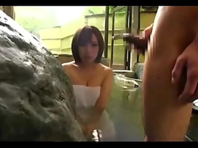 旦那に内緒で混浴風呂で一緒になったデカチン男に寝取らせちゃうヤリマン巨乳妻wwwwww