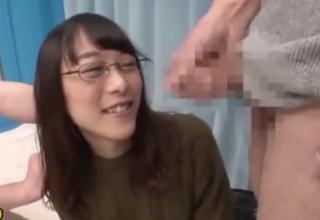 【素人】地味なメガネのお姉さんが二本のチンコを一気にフェラ抜き!!