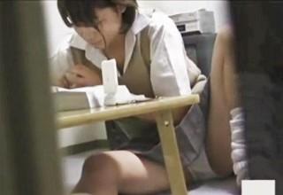 【素人】自分の部屋だからこそ無防備な姿を晒しちゃう女子校生を隠し撮りする変態兄