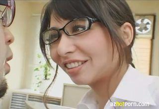 【大沢佑香】妖艶な笑みを顔に貼り付け、オフィスで誘惑してくる眼鏡美女。手で搾りだしたザーメンだけでは物足りず、顔射を要求w