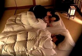 【素人】旅館でナンパした美熟女妻を夜這いww娘が眠るすぐ隣でチ●ポ突っ込まれアヘアヘ♡