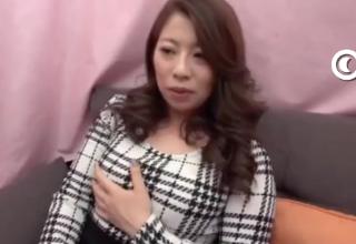 【素人】セクシーお姉様が童貞チンポをおしゃぶりしちゃう♡
