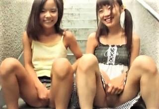 【素人】そそのかされてパイパン晒して変態行為されちゃうロリ系美少女たちを収めた動画が鬼畜すぎて…