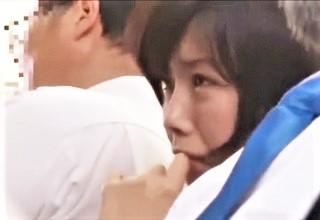 【紗倉まな】気弱そうな女子校生を狙う卑劣痴漢!?電車内でお尻丸出しにされて泣き出しちゃう…