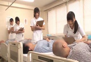 【大槻ひびき 羽月希 有村千佳 新山かえで】患者の精液採取に勤しむナースたちの性交処置風景♪お尻を揉まれながら、手で患者のペニスを扱いちゃう♪