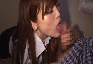 【榊梨々亜】ミニスカ美人女医とに連れられてトイレへw淫らな本性をみせてくれた彼女に、たっぷりと下のお世話をされちゃうwww
