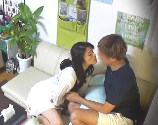 セレブ美人熟女人妻が若い男の部屋に上がり込んでお股開きアンアン♪