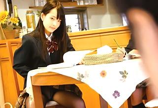 ビッチな女子校生のあべみかこがクラスの友達のお父さんを誘惑しちゃってる!
