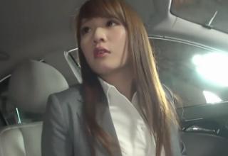 【保坂えり】スーツ姿の美女が車内で挑発♪パイズリセックス!