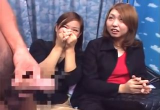二人の女性の前に、どーんとペニスが登場!手コキやフェラを見せられ、恥ずかしそうにしながらも興味津々な模様www