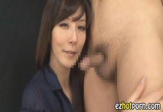 【澤村レイコ】先走り汁舐めてますます興奮!発情美熟女が、乳首をビンビンにさせて相手の身体を舌で愛撫www