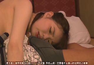 目を覚ますと、目の前にはパンツに包まれたペニスがw寝相の悪い巨乳美女が、思わず発情しちゃって勝手に手で相手のモノをシゴきはじめるwww