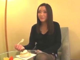 黒髪セミロングストレート髪型が可愛い若い人妻さんとホテルで・・