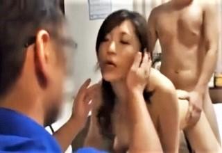 【素人】夫以外の勃起チ○コでアヘ顔見せちゃう人妻のネトラレセックス!?目の前には夫が見つめて…