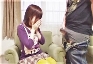 プチロリお姉さんが大きなチ○コを目の前でシコシコされてどうしたら良いか戸惑う様子がたまらない!?