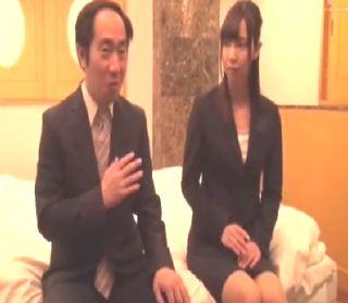 会社では上司と部下の関係男女がラブホで一晩を過ごすミッションに・・