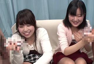 高学歴女子大生2人組が友達と一緒に恥ずかしそうにフェラチオ。