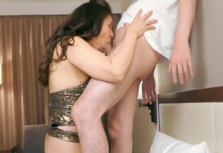 若い男のチンコを強引にしゃぶり犯す変態熟女の濃厚中だしSEX。