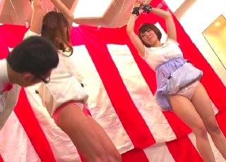 スカート巾着クイズにお嬢様JD2人が挑戦wスカートが見えそうで見えない際どいところwww