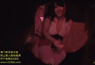 【素人】お客様の上に跨って激しく腰をふる巨乳女性w熱烈なその腰使いに、お客様も満足に射精♪