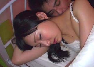 夫の隣で寝ているムッチリ若奥さんに忍び寄り、声を殺して寝取りセクロスwww
