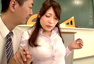 汗ばんでシャツに張り付いた同僚教師のおっぱいに理性崩壊しちゃった男性教諭!
