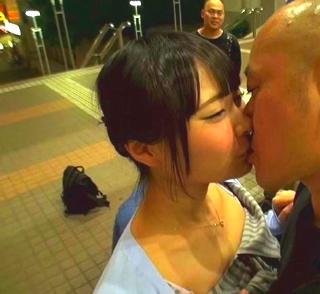 【なつめ愛莉】黒髪の正統派美少女が応募男性1000人以上と野外でキスをすることに・・