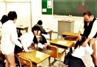 いつでもどこでも中出しレ○プOKだからって教室内で乱交セックス!?やり過ぎ感がハンパないwww