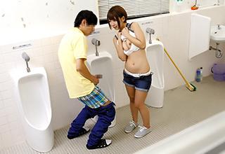 【乙葉ななせ】公衆トイレの男性用個室に潜んだAV女優が、偶々入ってきた男に迫る!便所利用者が入ってくるまでも合わせてお楽しみくださいw