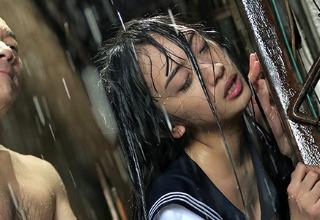 【辻本杏】豪雨の中びちゃびちゃで立ちバックされてしまった美少女JK。