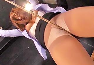 【西条沙羅】女性捜査官が敵に捕まり、両手を縛られた上で巨乳なゴージャスボディを蹂躙されてしまう!