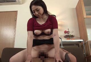【米倉里美】義理の息子と激しくハメるデカ尻完熟ママ♡