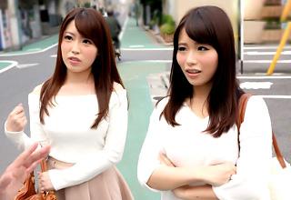 親友の女子2人が揃ってマシンバイブで責められる!互いの顔を見合わせたときの恥ずかしそうな顔がエロいw