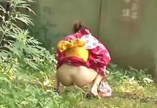 浴衣の美少女が野ションしているところを襲撃して無理やり引き倒す!そこらに落ちてた段ボールの上で汚されてしまう・・・
