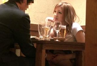 【秋月玲奈】居酒屋で濃厚キスからのガチセックスwTバック履いたビッチギャル!!