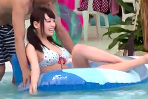 巨乳な女子大生彼女がナイトプールでいきなりレイプ→中出しされる!!