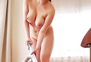 【若槻みづな】家事代行の家政婦さんを呼んだら、ムッチリ巨乳がやってきた。しかも全裸でやってきたwww