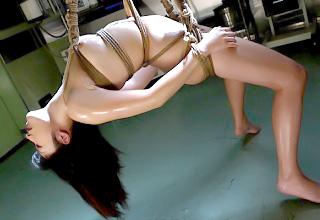 【春原未来】人妻女教師が縄で全身を縛り付けられて調教される・・・