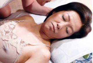 スケ乳首しながら寝る熟女ママ。息子のちんこをフェラチオ!