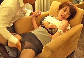 ナンパした人妻をホテルに連れ込み服の上から蹂躙しまくると少女のような喘ぎ声を漏らしながら身を捩らせる!
