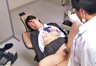制服少女が患者として来院したら麻酔で眠らせて衣服を肌蹴させ身体を蹂躙し、中出しまでする鬼畜医師の所業