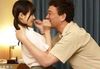 「こんなにグチョグチョ♪になって♪」とオッサンに迫られ、さらにオマ●コを濡らす美少女JK