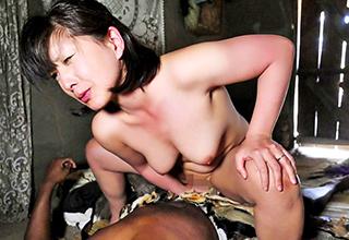 アフリカを旅するムッチリ熟女が童貞と巨根を同時に味わえる黒人チンポをたっぷり楽しむ!黒人相手にここまで荒ぶった日本人は他におるまい
