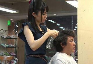 【野々宮みさと】客男性の股間に手を伸ばす激かわ美容師wベロチュー手コキwww