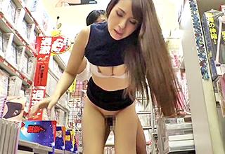 スレンダーな美人と店内ファック!欲情しちゃった男女はどこであろうと止まらない・・・激しく求め合って店員さんは大迷惑!