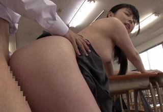パイパンマンコな優等生。誰もいない教室で大胆セックス!
